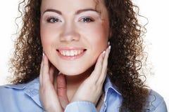 Stile di vita e concetto della gente: Giovane donna felice con capelli ricci immagine stock