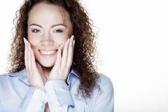 Stile di vita e concetto della gente: Giovane donna felice con capelli ricci fotografia stock libera da diritti