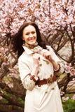 Stile di vita e concetto della gente: giovane donna nel giardino del fiore Sakura e molla Fine in su fotografia stock libera da diritti