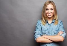 Stile di vita e concetto della gente: Giovane ragazza bionda sorridente sveglia fotografia stock