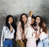 Stile di vita e concetto della gente: giovane wom grazioso di nazioni di diversità Fotografia Stock Libera da Diritti