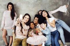 Stile di vita e concetto della gente: giovane wom grazioso di nazioni di diversità Immagine Stock