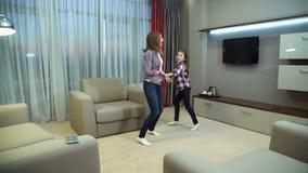 Stile di vita felice di dancing del legame del bambino della mamma di amore della famiglia archivi video