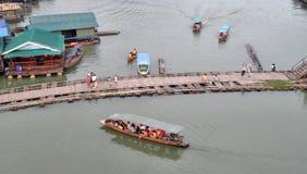 Stile di vita lento del fiume in Sangkraburi calmo Tailandia Fotografie Stock Libere da Diritti