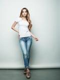 Stile di vita, modo e concetto della gente: Posa di modello del corpo della giovane donna piena di modo nello studio fotografia stock libera da diritti