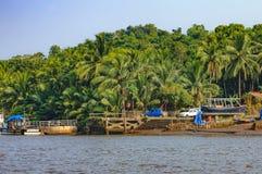 Stile di vita nell'isola di Chorao, Goa, India Vecchia barca per trasporto in Salim Ali Bird Sanctuary Immagini Stock