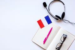 Stile di vita online della scuola di lingue sul modello bianco di vista superiore del fondo della tavola Immagine Stock Libera da Diritti