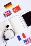 Stile di vita online della scuola di lingue sulla vista superiore del fondo bianco della tavola Fotografia Stock Libera da Diritti