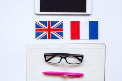 Stile di vita online della scuola di lingue sulla vista superiore del fondo bianco della tavola Fotografie Stock