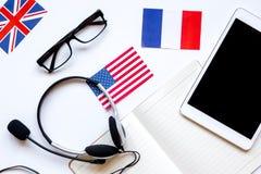 Stile di vita online della scuola di lingue sulla vista superiore del fondo bianco della tavola Immagine Stock