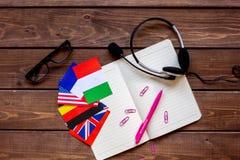 Stile di vita online della scuola di lingue sulla vista superiore del fondo di legno della tavola Immagini Stock