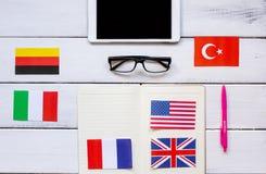 Stile di vita online della scuola di lingue sulla vista superiore del fondo di legno della tavola Immagini Stock Libere da Diritti