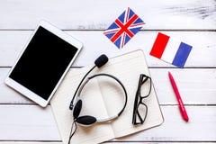 Stile di vita online della scuola di lingue sulla vista superiore del fondo di legno della tavola Fotografia Stock