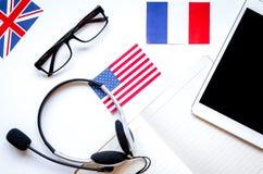 Stile di vita online della scuola di lingue sul principale bianco v del fondo della tavola Immagine Stock Libera da Diritti