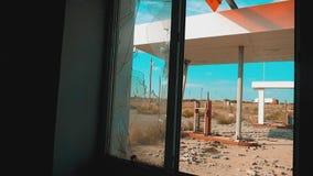 Stile di vita di Route 66 video di movimento lento tagliato di rifornimento della finestra della strada 66 di crisi Vecchia stazi stock footage