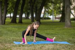 Stile di vita sano adolescente Esercizi di ginnastica Fotografie Stock Libere da Diritti