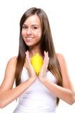 Stile di vita sano - bella donna graziosa con il limone a disposizione immagine stock