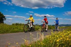 Stile di vita sano - ciclismo della famiglia Fotografie Stock Libere da Diritti