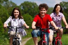 Stile di vita sano - ciclismo della famiglia Fotografie Stock