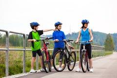 Stile di vita sano - ciclismo della famiglia Fotografia Stock