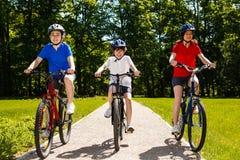 Stile di vita sano - ciclismo della famiglia Immagini Stock