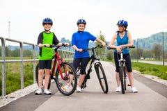 Stile di vita sano - ciclismo della famiglia Immagine Stock Libera da Diritti