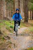 Stile di vita sano - ciclismo della giovane donna fotografie stock libere da diritti
