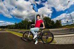 Stile di vita sano - ciclismo della ragazza Fotografia Stock Libera da Diritti