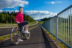 Stile di vita sano - ciclismo della ragazza fotografie stock
