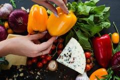 Stile di vita sano delle verdure del mercato di eco della donna Fotografia Stock Libera da Diritti