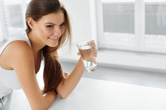 Stile di vita sano Donna felice con bicchiere d'acqua bevande guar fotografia stock libera da diritti