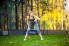 Stile di vita sano Donna di forma fisica che fa esercizio nell'ambiente della città fotografia stock