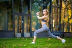 Stile di vita sano Donna di forma fisica che fa esercizio nell'ambiente della città fotografie stock