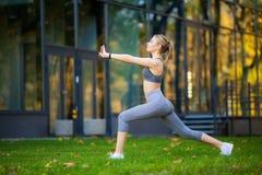 Stile di vita sano Donna di forma fisica che fa esercizio nell'ambiente della città immagine stock libera da diritti