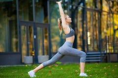Stile di vita sano Donna di forma fisica che fa esercizio nell'ambiente della città immagini stock
