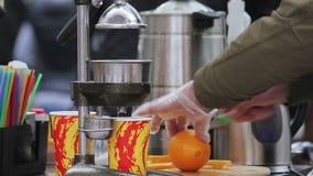 Stile di vita sano ed alimento Barista che produce succo d'arancia fresco Festival dell'alimento stock footage
