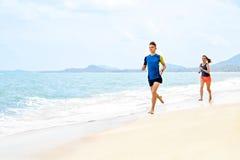Stile di vita sano Funzionamento atletico delle coppie sulla spiaggia Sport, misura Immagini Stock Libere da Diritti