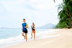 Stile di vita sano Funzionamento atletico delle coppie sulla spiaggia Sport, misura Fotografia Stock Libera da Diritti
