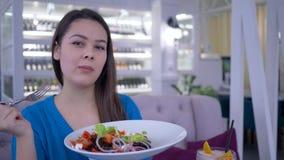 Stile di vita sano, insalata di verdure di dieta saporita femminile adorabile felice di cibo per perdita di peso prima del nuovo  video d archivio