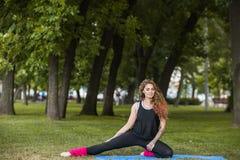 Stile di vita sano per la femmina Allungamento dell'esercizio Immagini Stock