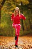Stile di vita sano. Ragazza di forma fisica che fa esercizio all'aperto Fotografia Stock Libera da Diritti