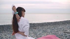 Stile di vita sano di una donna di yoga sulla spiaggia archivi video