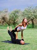 Stile di vita, sport e concetto della gente: Giovani coppie nella posa di yoga Fotografia Stock Libera da Diritti