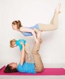 Stile di vita, sport e concetto della gente: yoga della famiglia Fotografie Stock Libere da Diritti