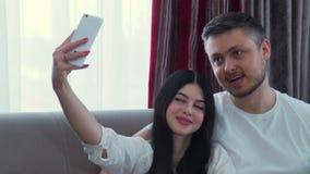 Stile di vita di svago della famiglia che divide il selfie di invio stock footage