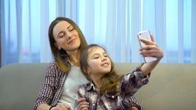 Stile di vita di svago della famiglia che divide il selfie di invio fotografia stock