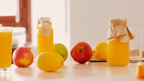 Stile di vita vegetariano di nutrizione delle bottiglie di vetro della frutta stock footage