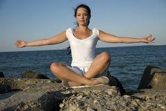 Stile di yoga in mare Fotografia Stock Libera da Diritti