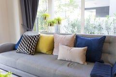 Stile eclettico del salone con il sofà grigio ed i cuscini variopinti fotografie stock libere da diritti