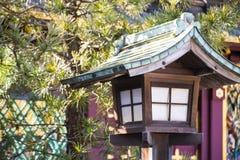 Stile giapponese della lanterna per l'accensione della decorazione in giardino Immagini Stock